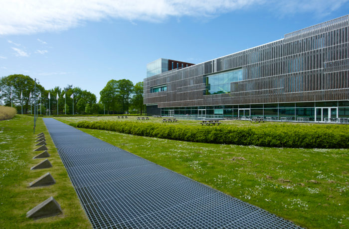 Nature as a continuous layer for the PGGM's headquarters to float on